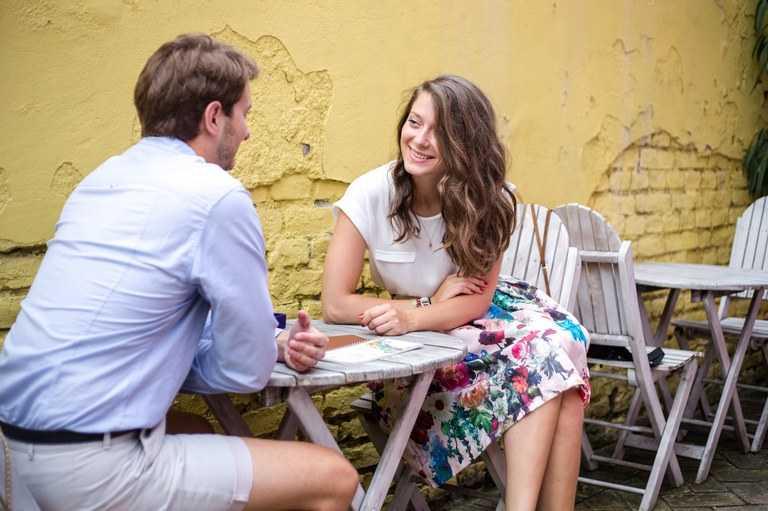 Dos personas teniendo una cita romántica en una terraza