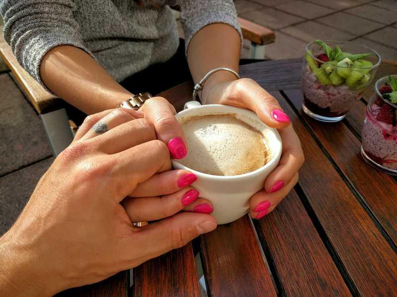Chico tomando la mano a una chica en una cita romántica